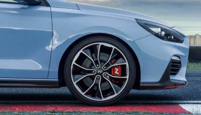 hyundai i30 alloy wheel on track lifestyle