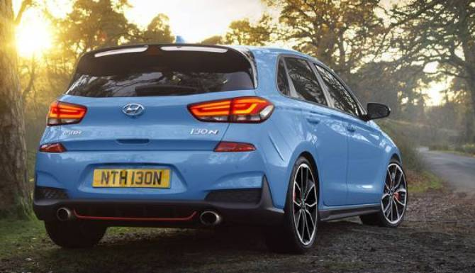hyundai i30 rear view with twin exhaust lifestyle